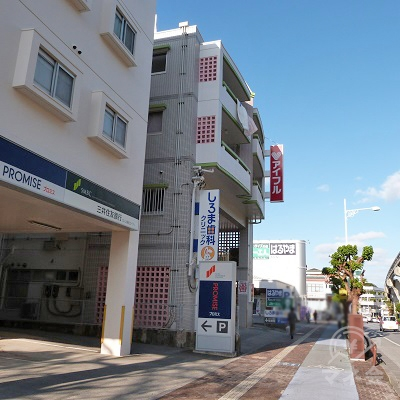 小禄金城郵便局を過ぎると、左側にプロミスとアイフルが並んでいます。さらに50mほど進むと紳士服のはるやまがあります。