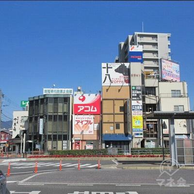 ちゃんぽん亭の前から目的地建物と看板が確認できます。
