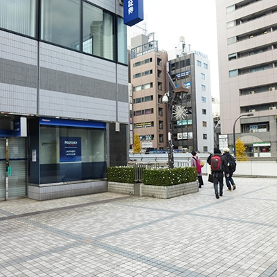 奥のみずほ銀行角を建物に沿って左折します。