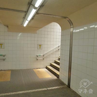 30mほどで地下道が突き当たりますので、右側の階段を上がります。