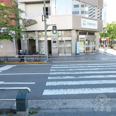 正面にある横断歩道を渡ります。