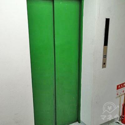 エレベーターで3階に行きましょう。