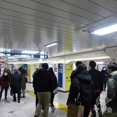 43番出口への分岐です。左は2番目の丸ノ内線改札です。