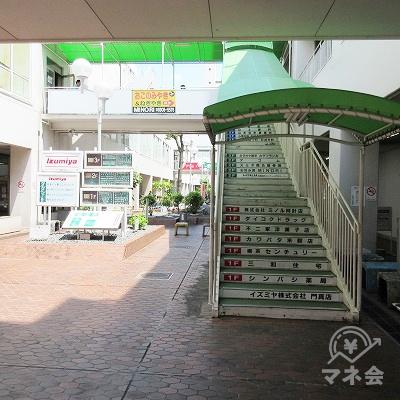 正面の緑色の屋根付き階段で上へ行きます。