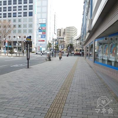 出口を出てから歩道を進みます。右が駅・高架です。