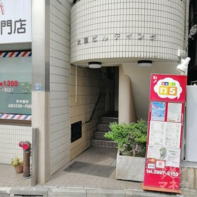 右側に建物の入口があります。