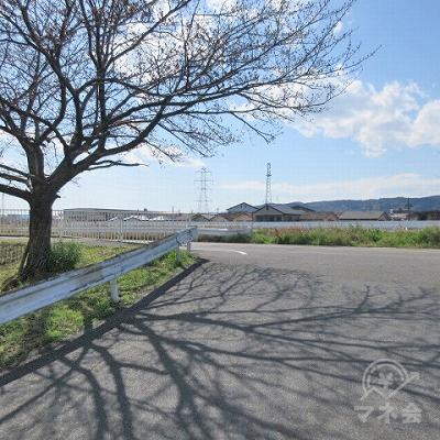 つきあたりを左に進みます。正面には富雄川があります。