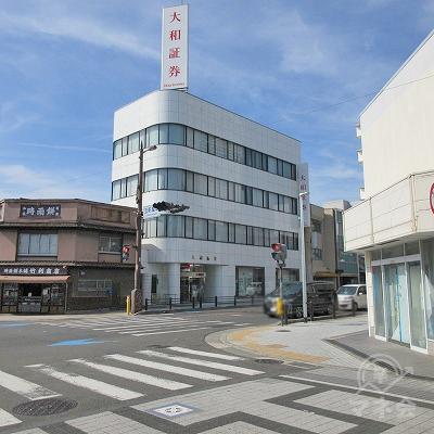 商店街を抜け、大和証券が見える交差点を左へ進みます。