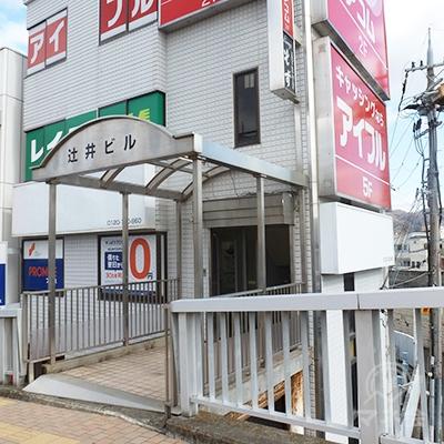 歩道からのビル入口は、ビルの3階部分に入ります。