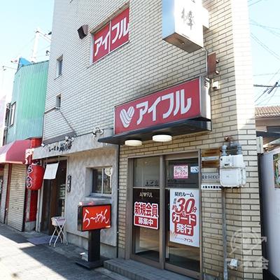 大正通の歩道沿い、ビル1階にある店舗です。