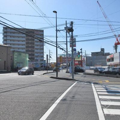 野路南交差点の横断歩道を渡りセブンイレブン方向に直進します。