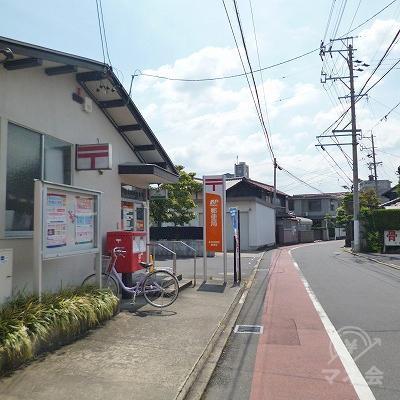 道中左手に郵便局があります。