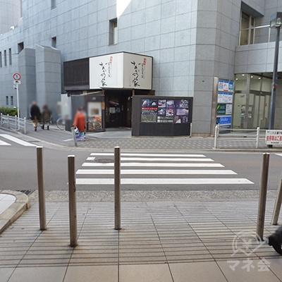 「成城石井」前で右手の横断歩道を渡り、右折、歩道を進みます。