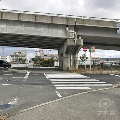 さらに直進し、今福西交差点で、明姫幹線の高架をくぐります。