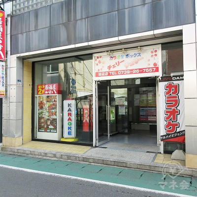 らぁめん子弁慶を通り過ぎてすぐ、目的地建物の入口があります。