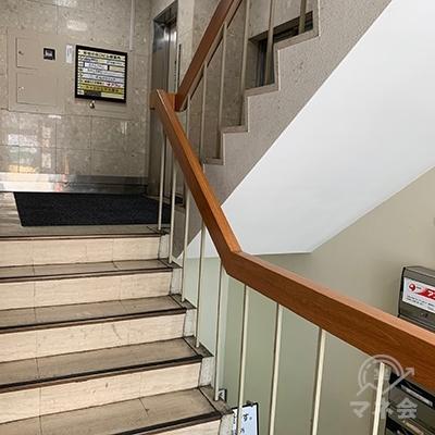 1階から階段を登ると右側にエレベーターがあります。