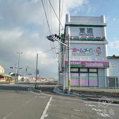 道中、右手に東建があります。
