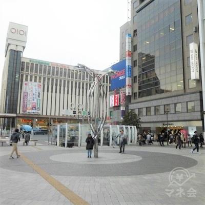 駅前広場の右手にアコムの看板が見えます。