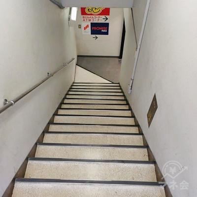 ドアを開けると階段があります。アコムはB1Fです。