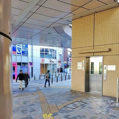 横断歩道は渡らずにエレベーターの左の道を歩きます。