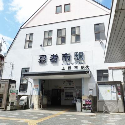 上野市駅駅舎です。観光PRの一環で表記が「忍者市駅」となっています。