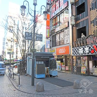 靖国通りの角のビルが目的地です。