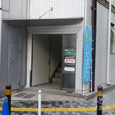 階段を降りるとアコムの入口が見えます。2階へどうぞ。