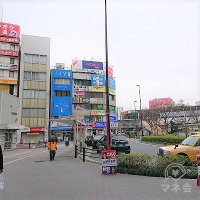 駅前広場の正面にプロミスの看板がありますが、こちらの建物ではありません。