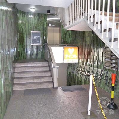 ビル内へ進み、右手の階段を下ります。
