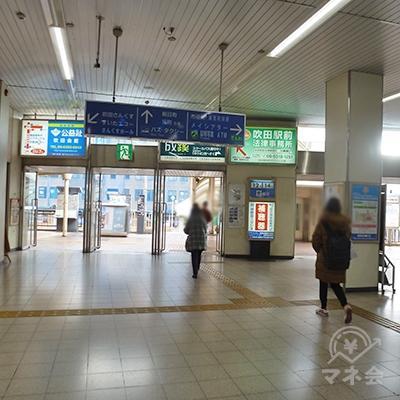 改札口を出たらそのまま直進して、駅ビルを出ます。