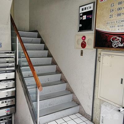 建物の入口に入ると、階段と案内板があります。