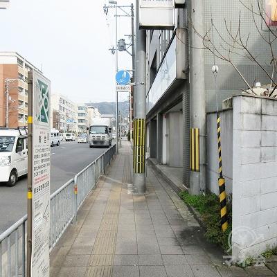前方に向かって数歩で目的地建物です。