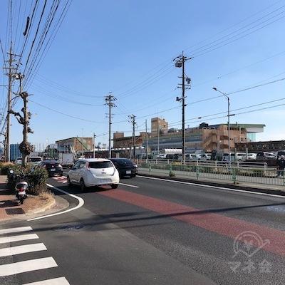 右手に名古屋競馬場を見ながら700mほど直進を続けます。