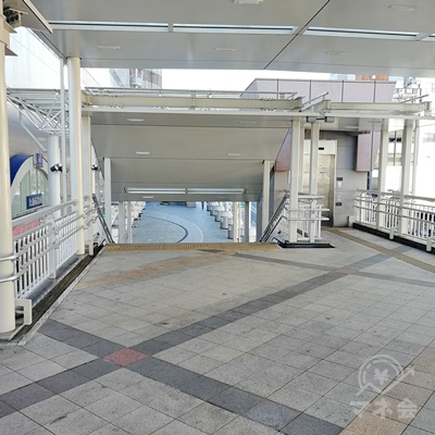 左側に階段とエレベーターがあります。地上に下りましょう。