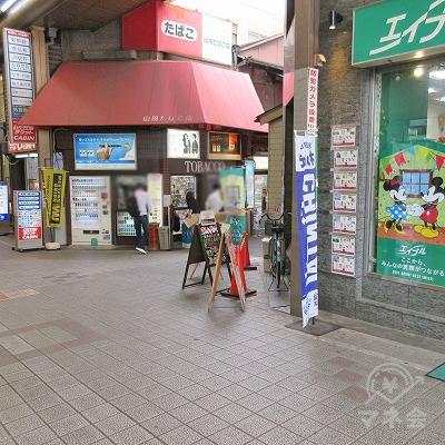 先の堺銀座通りを入ってすぐ右、エイブルとタバコ屋の間の筋を進みます。