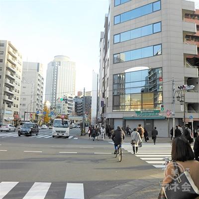 恵比寿一丁目交差点です。向かいにプロミスの看板が見えます。