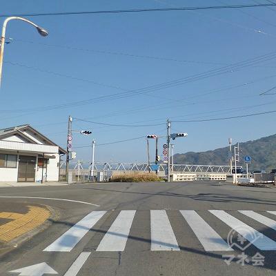 川沿いの大きな交差点を渡って、左斜め方向へ進んでください。