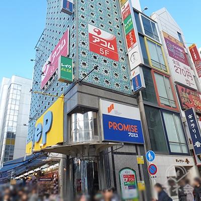 道頓堀繁華街の入口、左手にアコム店舗のあるビルがあります。
