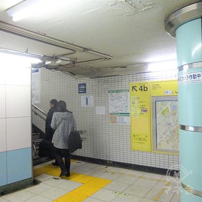 改札右手の4b出口を地上に上がります。