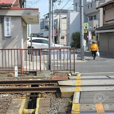 踏切を渡り、和歌山市方面のりば口を左手に通過します。