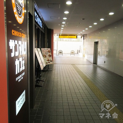駅下通路を進みます。