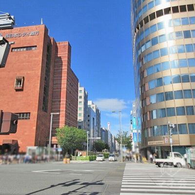左に西日本フィナンシャルホールディングスがあります。横断歩道で、右のRakuten側へ渡ります。