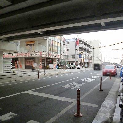 駅を出たら目の前の道を右折します。