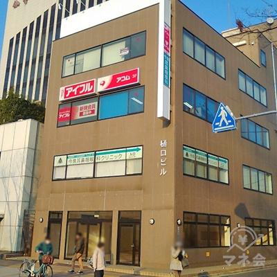 三菱UFJ銀行の隣が目的地建物です。