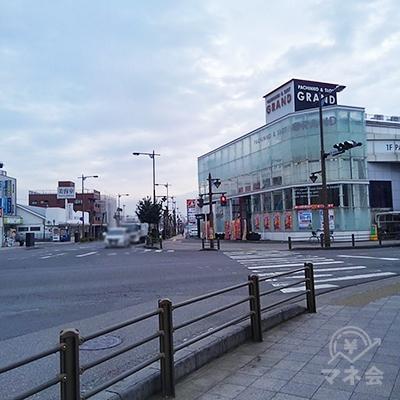 パチンコBATONのある大きな交差点を、右に曲がります。
