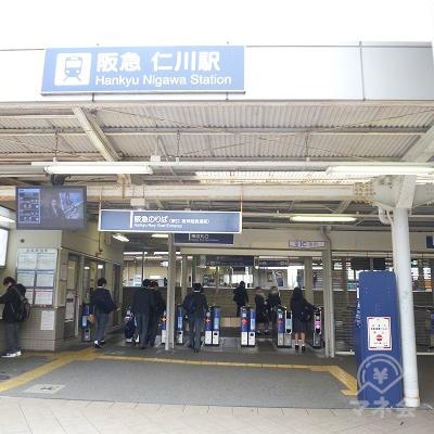 駅を出て、改札口・駅舎を振り返ったところです。