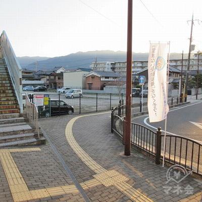 改札を出たら左へ進みます。この時、歩道橋は使いません。