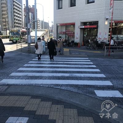 三菱UFJの前の横断歩道を渡ってすぐ左に向きます。