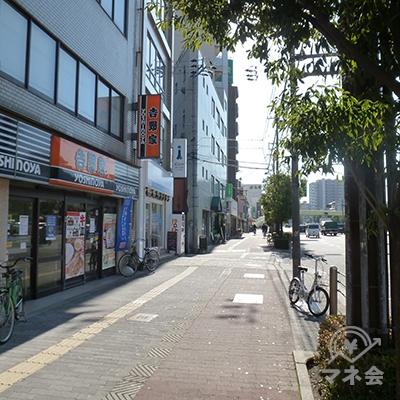 歩道沿いに餃子の王将や吉野家があります。