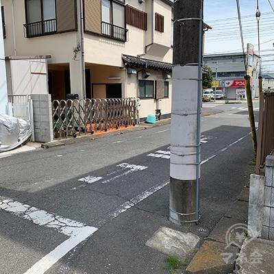 右へ曲がります。大通りの向こう側に他社のアコムが見えてきます。